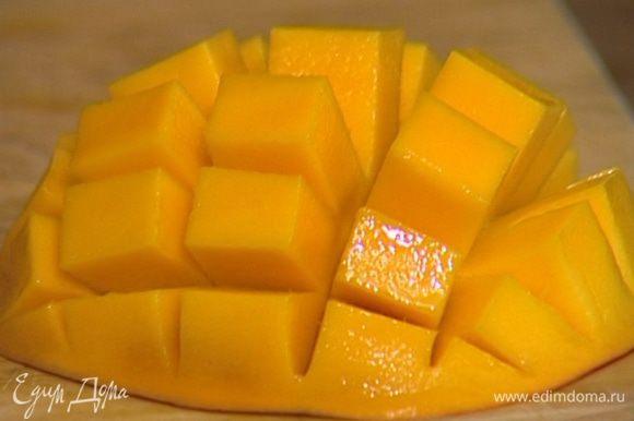 Манго почистить и нарезать небольшими кубиками.