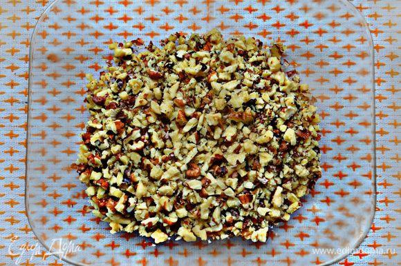 Порубить грецкие орехи.