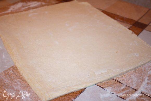 Слоенное тесто разморозить при комнатной температуре и раскатать толщиной 5 мм. Должен получиться прямоугольник 30х40 сантиметров, лишнее тесто обрезать и отложить в сторону.