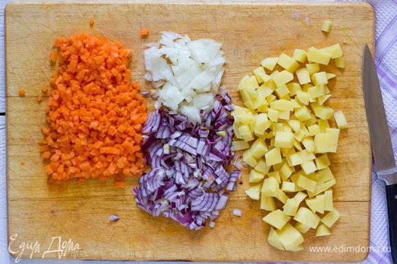 Лук, морковь и картофель, очистите. Лук нашинкуйте, морковь мелко нарежьте, картофель порежьте на кубики.