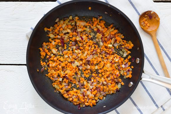 Разогрейте на сковороде растительное масло, выложите в него лук и обжарьте пару минут и добавьте морковь, пассеруйте до золотистой корочки.