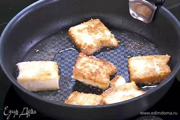 Разогреть в сковороде оливковое масло и обжарить тофу со всех сторон до золотистой корочки.