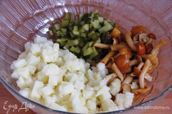 Пока маринуется лук, нарезать отварной картофель и огурцы мелким кубиком выложить в миску. Маринованные грибы откинуть на дуршлаг, дать стечь маринаду. Добавить к картофель и огурцам. Грибы можно взять любые, в моем случае маринованные опята.