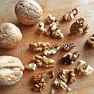 Орехи покрошить мелко.