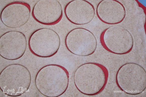 Раскатать в пласт толщиной 5 мм, вырезать кружки диаметром 5 см. У меня получилось 24 кружочка.