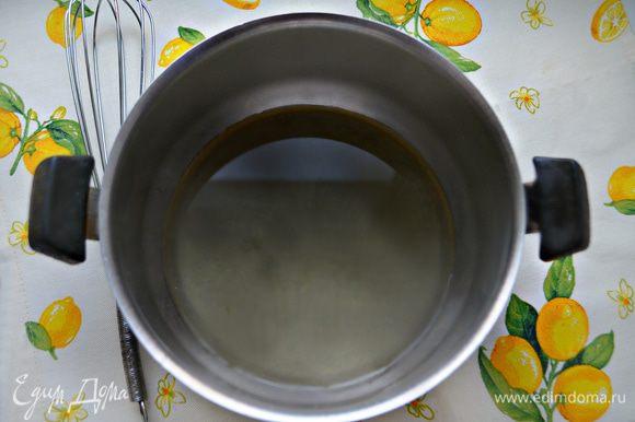В миске соедините рассол, растительное масло, сахар. Хорошо перемешайте до растворения сахара. Подойдет рассол от соленых огурцов или помидор.