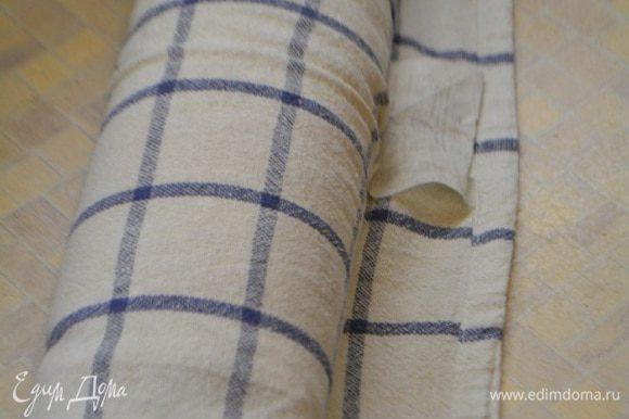 Бисквит достать из духовки и перевернуть на чистое полотенце, посыпанное сахарной пудрой. Аккуратно снять бумагу. Свернуть бисквит в рулет прямо с полотенцем. Дать ему остыть в таком состояние.