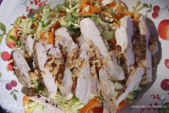 Арахис измельчить в ступке и посыпать салат.