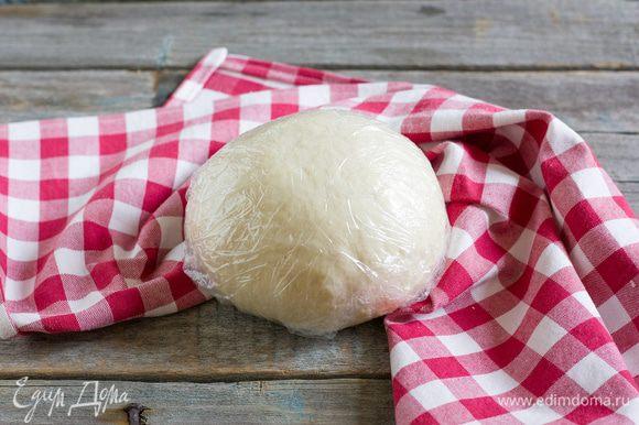 Заверните тесто в пленку, оставьте на 30–40 минут.