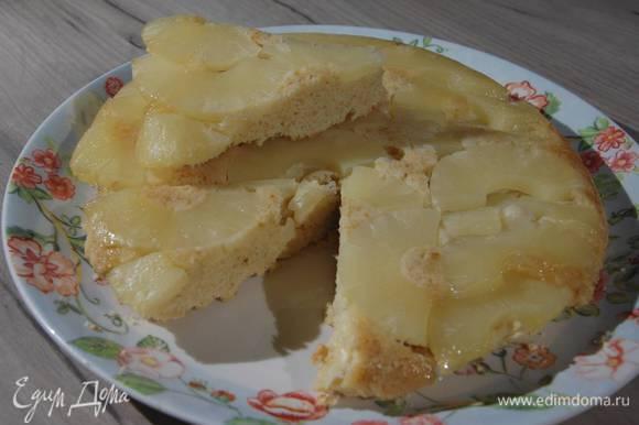 Готовый пирог остудить, затем перевернуть на блюдо.