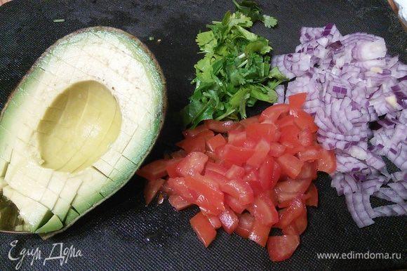 Для сальсы измельчить все продукты, из помидора желательно удалить семена.
