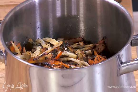 Запеченные овощи добавить к готовой гречке, все перемешать.