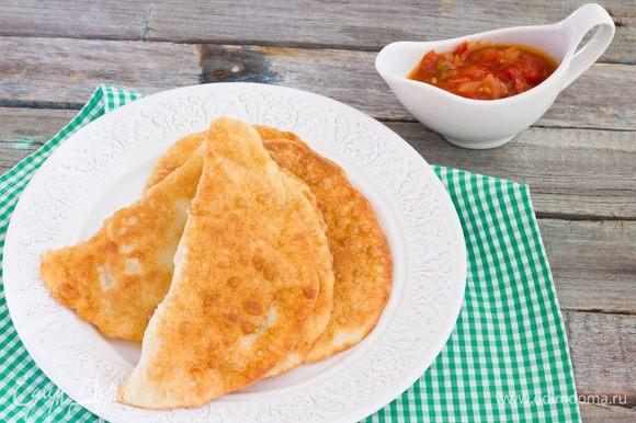 Влейте масло в глубокую сковороду и разогрейте на среднем огне. Жарьте чебуреки не большими порциями по 2-4 минуты с каждой стороны, или до золотистого цвета. Приятного аппетита!