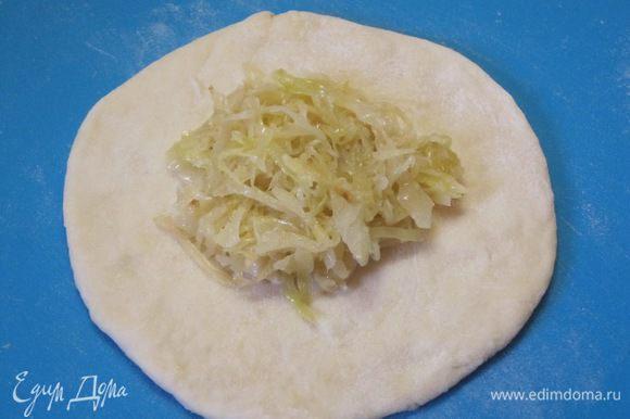 На лепешку выложить тушеную капусту.