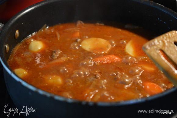 Добавить в жаровню очищенный и нарезанный картофель, морковь. Закрыть и тушить 30 минут.