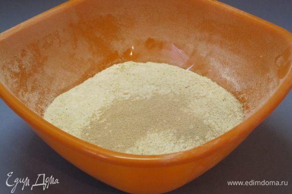 Просеять муку, всыпать сухие дрожжи, 1 столовую ложку сахара, 1 чайную ложку соли.