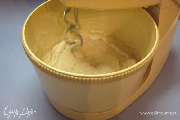 Влить 3 столовые ложки растительного масла, теплую воду, замесить тесто.