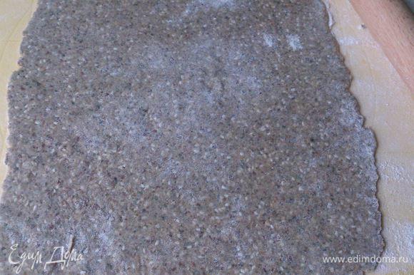 Поверхность стола слегка присыпать мукой и раскатать тесто толщиной не более 1,5 см.