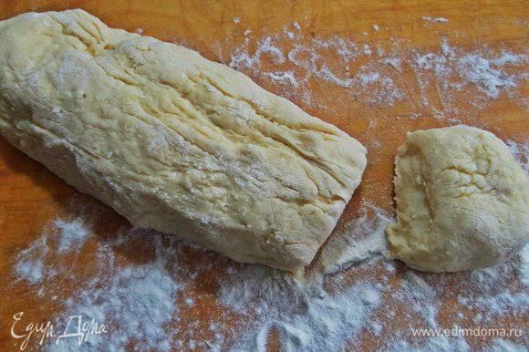 Вытягиваем подошедшее тесто типа в батончик.