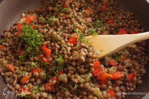 Всыпать чечевицу, влить уксус, оставшееся масло. Приправить салат солью и перцем по вкусу. Немного прогреть.