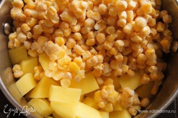 Картофель почистить и нарезать кубиками. Добавить к луку с чесноком картофель и кукурузу (размораживать не нужно). Дать им подружиться пару минут.