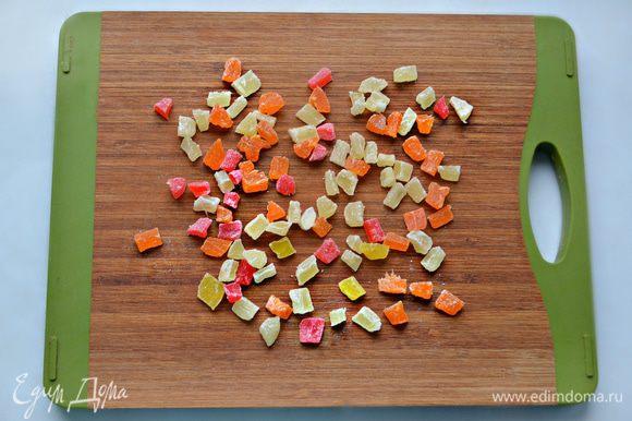Порубите цукаты, добавьте к тесту и хорошо вымесите тесто.