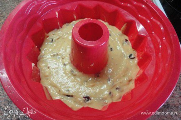 Форму для запекания диаметром 18-20 см застелите пекарской бумагой или используйте силиконовую форму. Выпекайте 25-30 минут. Все зависит от вашей духовки.