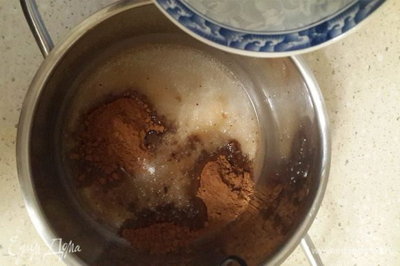 Сварить глазурь. В кастрюльке растопить сахар, добавить какао, масло, воду.