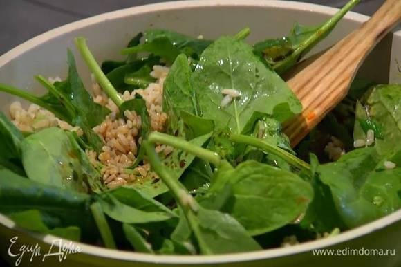 Разогреть в сковороде оливковое масло, выложить лук и перец чили, перемешать, через минуту добавить готовый рис и шпинат, все перемешать и дать шпинату слегка поплыть.