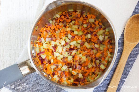 В сотейнике разогрейте оливковое масло на среднем огне и обжаривайте на нем лук до мягкости примерно 10 минут, добавьте чеснок, морковь и сельдерей и жарьте еще 3-5 минут до золотистого цвета. Добавьте картофель в сотейник, посолите и готовьте 5 минут. Влейте 1,25 литра овощного бульона, доведите до кипения, и добавьте копченую паприку и карри, убавьте огонь и варите 30 минут.