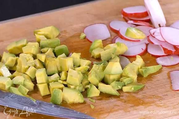 Авокадо почистить и, удалив косточку, нарезать маленькими кубиками.