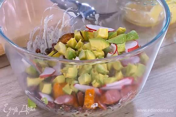 Отваренную фасоль перемешать с частью заправки, затем добавить батат, колбаски, редис, авокадо и оставшуюся заправку.