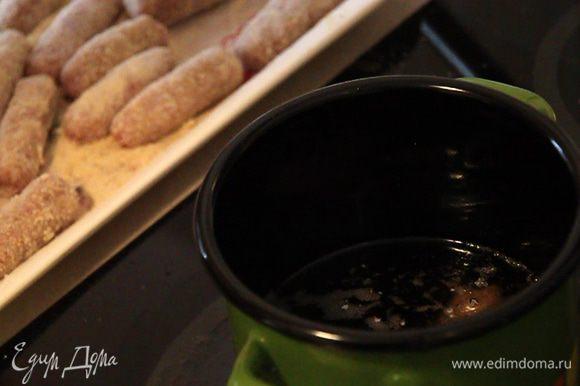 Ставим кастрюльку на плиту и наливаем в нее слой растительного масла 6-7 см высотой.