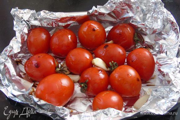 Помидоры выложите в посуду, или же как я сделала из фольги, немного посолите и поперчите. Чеснок очистить и отправить к помидорам. Полить 1 ст.л. оливкового масла и бальзамическим уксусом. Перемешать и отправить в разогретую до 170°C духовку на 15-20 минут.