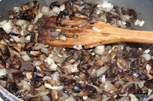 Грибы нарезать и обжарить с луком до готовности.