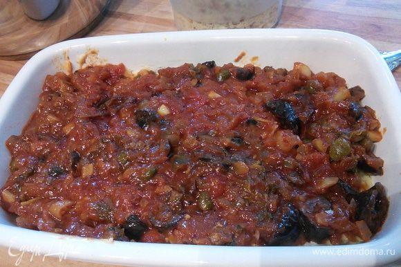 Форму для запекания смазать маслом и выложить половину картофельного пюре. Сверху соус.