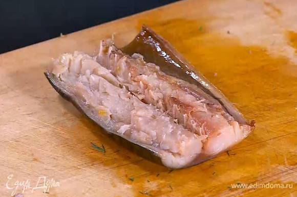 Скумбрию отделить от костей и кожи и нарезать небольшими ломтиками.