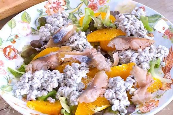 Салат с апельсином посолить, поперчить, выложить заправленную чечевицу и кусочки рыбы.