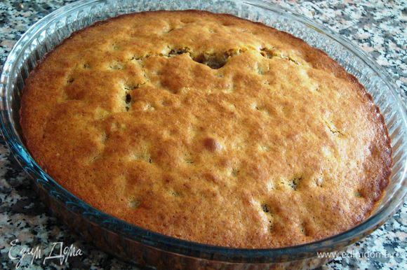 Выпекаем в заранее разогретой до 180°C духовке до зарумянивания. Готовность проверяем лучинкой. Оставляем пирог остывать.