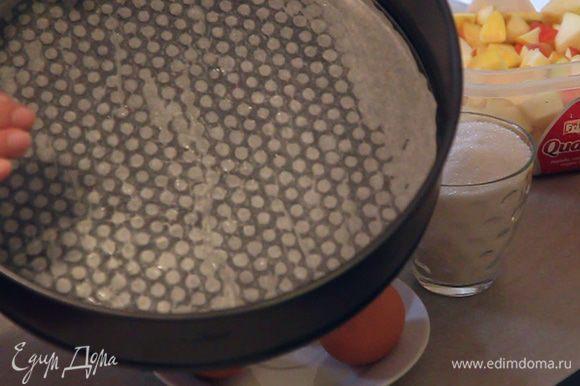 Начинаем приготовление с подготовки формы для выпекания пирога. Форму застилаем пергаментом. Смазываем пергамент сливочным маслом. Ставим форму в холодильник что бы масло не таяло.