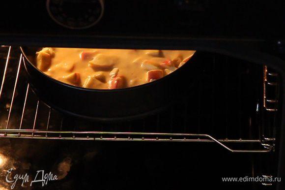 Ставим пирог в разогретую до 180°C духовку на 30 минут.