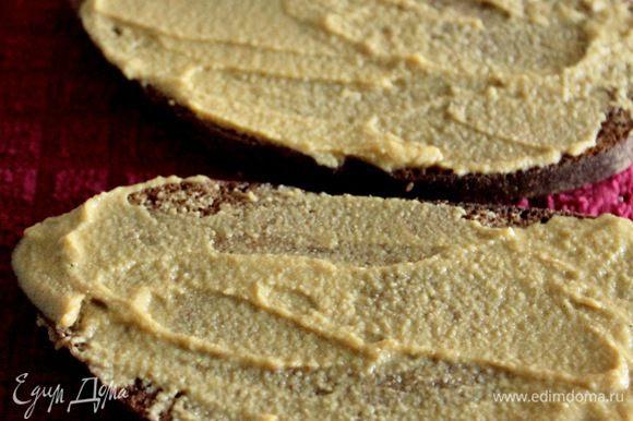 Ржаной хлеб смазать горчицей и выложить горчичной стороной на гуляш.
