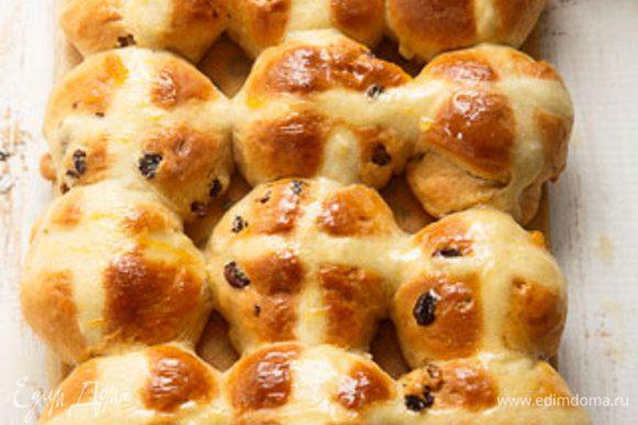 Абрикосовый джем подогреть. При помощи кулинарной кисточки нанести на булочки. Или смазать булочки жидким медом.