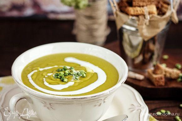 Подавать суп лучше всего с гренками из ржаного хлеба и небольшого количества соевых или кокосовых (растительных) сливок.