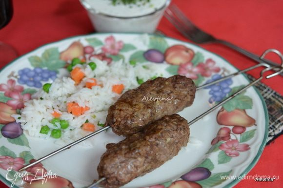 Подаем к столу колбаски с соусом и гарниром. Можно просто на салатных листьях или со свежим хлебом, лепешками.