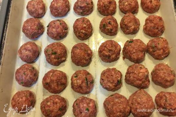 Сформировать шарики размером с грецкий орех. Выложить на противень и жарить в духовке 30 минут.