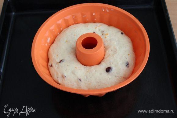 Разогрейте духовку до 190 °С. Аккуратно перенесите тесто в печь , иначе тесто может опасть.