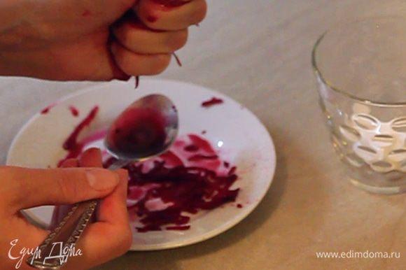 Откладываем в отдельный стаканчик 1 столовую ложку глазури, которую мы будем окрашивать при помощи сока свеклы. Для окрашивания я потерла кусочек свеклы на крупную терку и вручную выдавила сок.