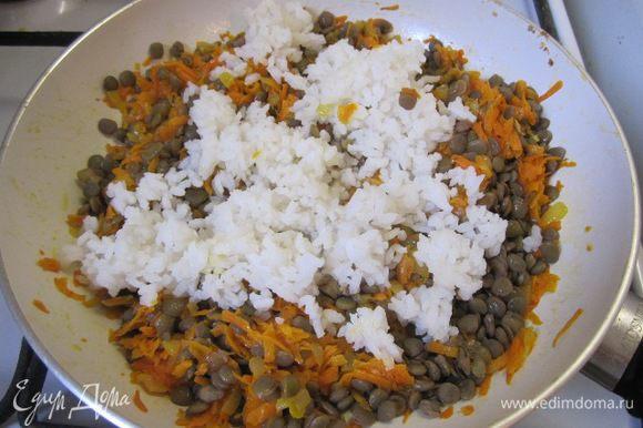 Выложить отварной рис. Риса можно взять больше, по своему вкусу.