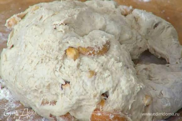 Приготовить тесто: соединить пшеничную и ячменную муку, отруби, фундук, курагу, смесь «дрожжевое тесто», соль, влить 2 ст. ложки оливкового масла и мед, все перемешать, затем небольшими порциями вливать 600 мл теплой воды, каждый раз вымешивая тесто. Вымесить тесто руками.